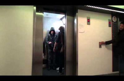 Quand un Jedi piège des inconnus dans un ascenseur...Vidéo