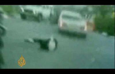Marche avant, marche arrière... un colon juif cruel en mercedes s'acharne à écraser un palestinien !