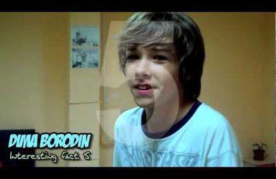 Dima Borodin joue au ping-pong.