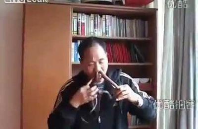 Un mec qui se met des trucs dans le nez + un serpent => ???!!!