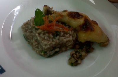 Perna de frango confit, risotto de cabidela e saladinha de rim