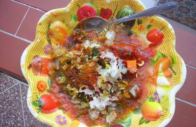 Lentilles à la sauce épicée et poisson frit