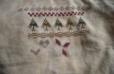Lizzie Kate 2013 Christmas Mystery Sampler Holly & Hearts