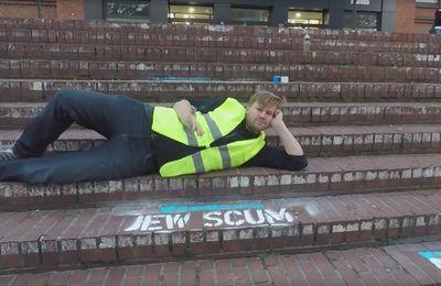 Fachosphère : VIDEO. Allemagne : un artiste reproduit des tweets haineux devant le siège de Twitter pour dénoncer son laxisme