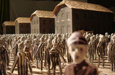 A la une : Un monde de marionnettes empreint de gravité : Le spectacle Kamp plonge le spectateur au coeur du camp de concentration d'Auschwitz. (Photo : Herman Helle)