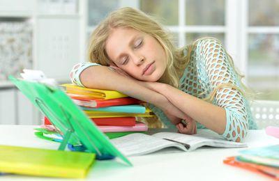 Manque de sommeil et mauvais résultats scolaires : le lien expliqué