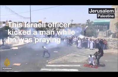 Vídeo: Un soldado israelí da una patada a un joven palestino cuando estaba rezando