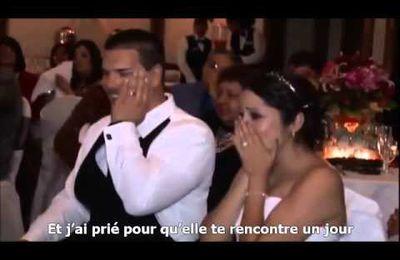 Un père chante au mariage de sa fille