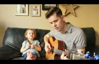 "Une petite fille et son papa chantent ""You've Got a Friend In Me"" de Toy Story."