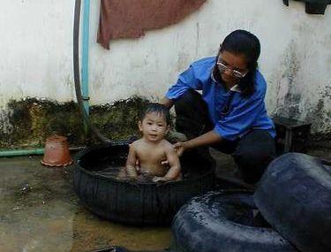 Le bain dans un pneu