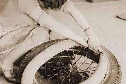 Montage d'une chambre à air (1920)