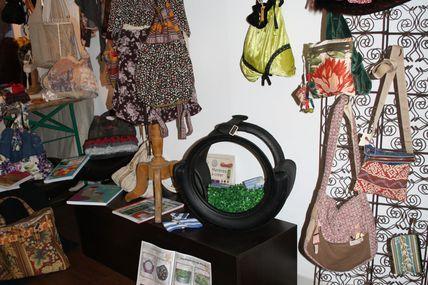 Le caoutchouc et la couture s'invite à la librairie Marbot à Périgueux