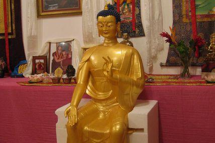 Statue de Maitreya au centre