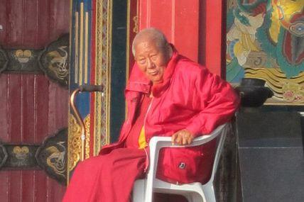 quelques pas avec Geshe Tsering à Kopan en 2010/ Annie