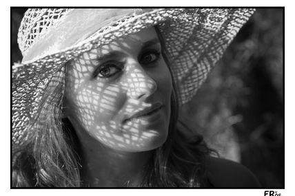 Estivales : portrait d'Aurore au chapeau de paille (n&b)