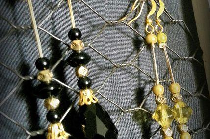 Boucles d'oreilles noires sur cable.