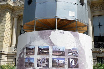 le refuge tonneau de Charlotte Perriand Architecte, Designer. Devant le petit Palais à paris