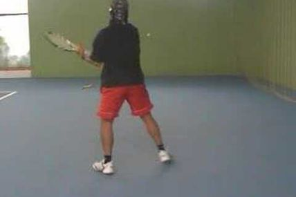 Faire du mur au tennis en mode freestyle