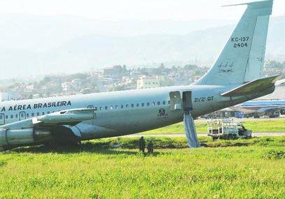 Avión militar brasileño se incendia al despegar...