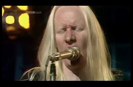 Le guitariste Johnny Winter meurt en tournée.
