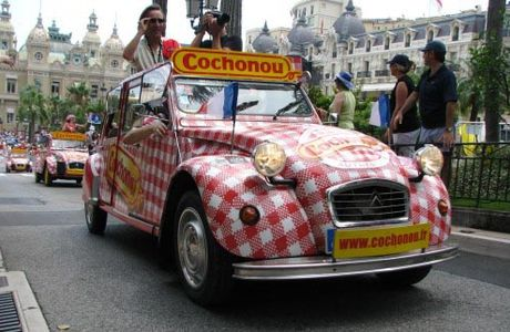 Cochonou passe devant Ducasse