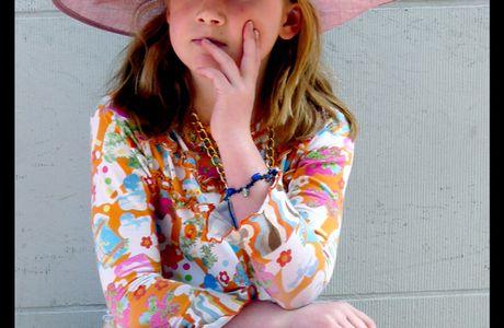 Fête de la Reine : la fillette au chapeau