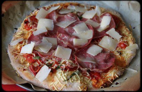 Pizza coppa, basilic et parmesan