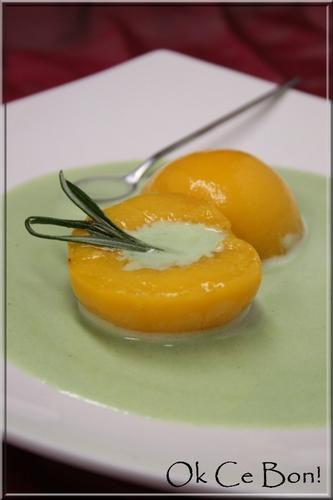 Pêche pochée au romarin accompagnée de sa crème anglaise à la pistache