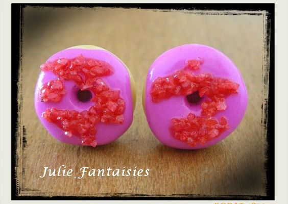 Boucles d'oreille puce, gourmandes !Des donuts à la fraise pour 0 calories !!  Blog : http://julie.fantaisies.over-blog.comBoutique en ligne : http://fr.dawanda.com/shop/JulieLaBoutique Page Facebook : http://www.facebook.com/#!/pages/Julie-Fantaisies-Bijoux-artisanaux/177518112361229