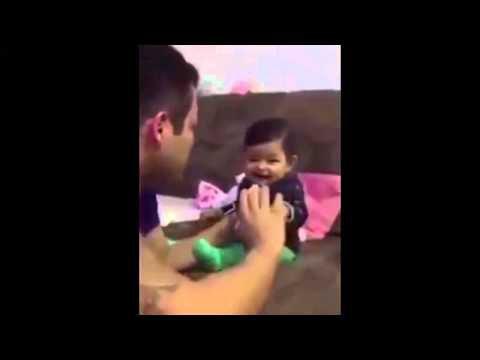 Papa essaie de couper les ongles du bébé, mais elle le trompe et laisse sortir un faux cri chaque fois