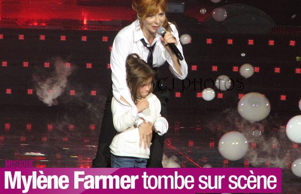 Mylène Farmer tombe sur scène en accueillant une fan ! #chute