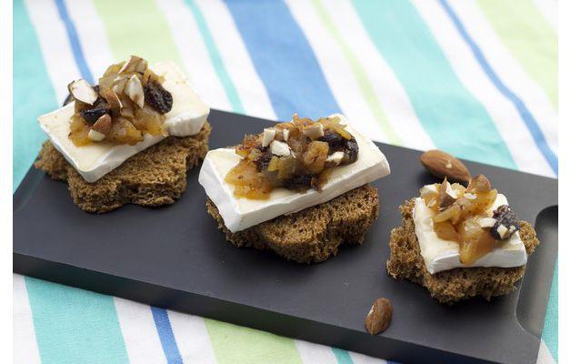 Canapés de pain noir, compote de poire et raisin à la cannelle, Caprice des Dieux, brisures d'amandes