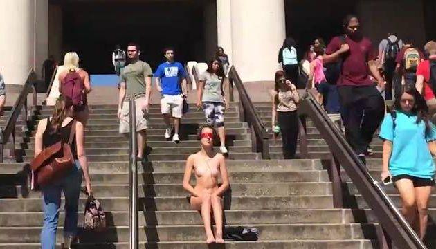 VIDEO. Texas: Nue et les yeux bandés à l'université pour dénoncer les agressions sexuelles