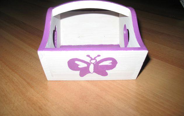 Une corbeille décorée de papillons