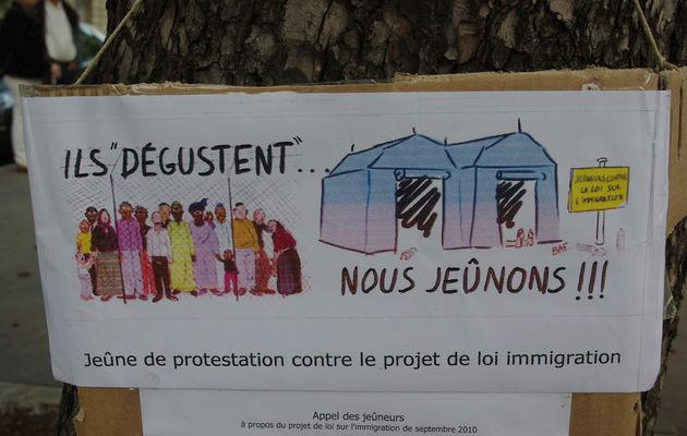 Action de protestation à Paris contre le projet de loi immigration