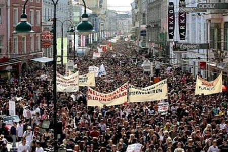 20 000 étudiants et professeurs manifestent à Vienne contre les coupes dans le budget de l'Education prévues par le gouvernement de «coalition nationale»