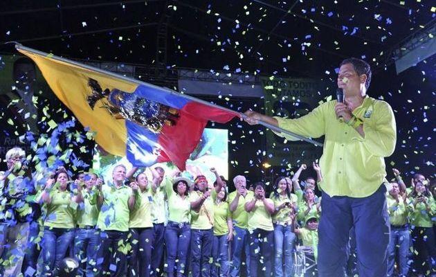 Rafael Correa réélu au premier tour en Équateur : soutien populaire massif à sa politique progressistes mais critiques à gauche