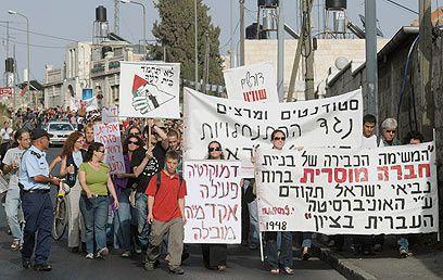 Une dizaine de professeurs, dont l'historien Zeev Sternhell, rejoignent 800 étudiants dans une manifestation contre les colons à Jérusalem-Est