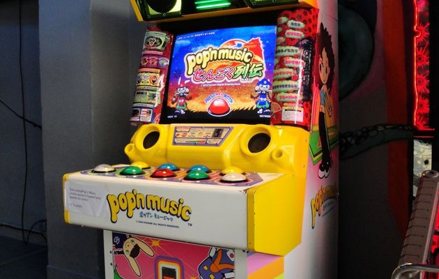 Une borne Pop'n music 18 à Arcade Street (Paris)