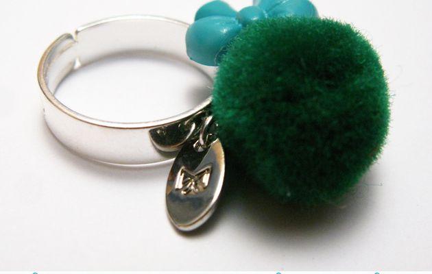 Bague Ponpon vert et noeud turquoise