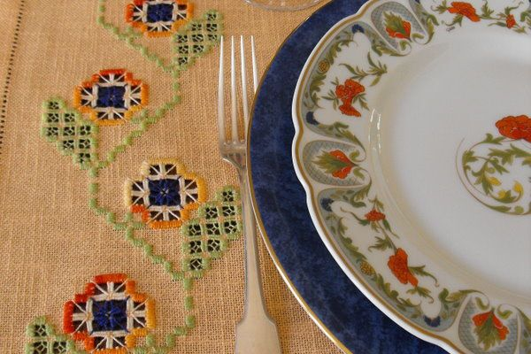Set de table fleuri et coloré en Hardanger