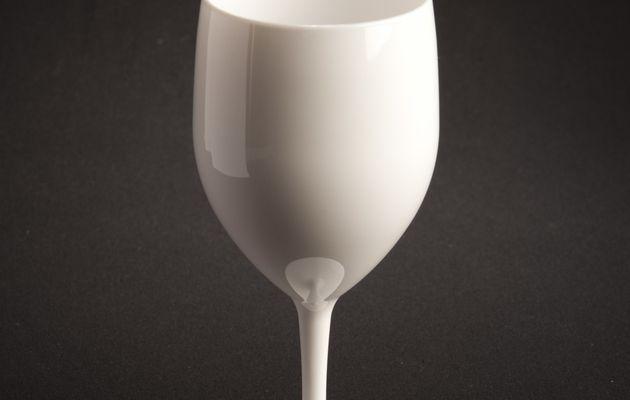 - INDISPENSABLE pour la saison estivale, le verre à pied 25cl en blanc pour sublimer vos événements !