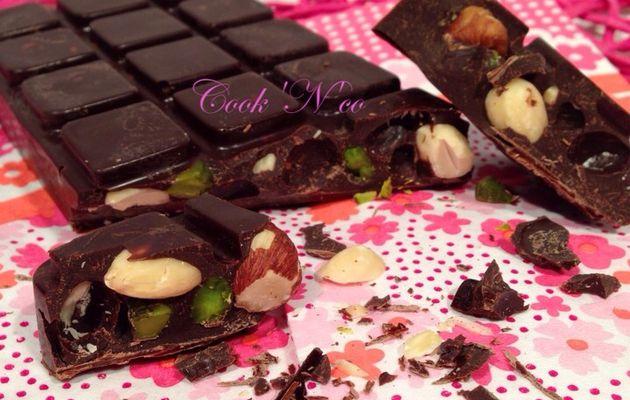 Tablette de chocolat noir aux noisettes, amandes et pistaches