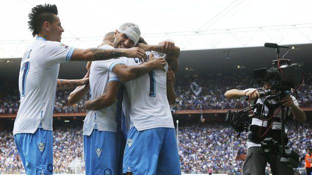 La Juventus continue de bien prester en Serie A. La Vieille Dame s'est jouée de l'AS Rome sur le score de 4-1. Naples a pour sa part pris la mesure de la Sampdoria. L'AC Milan s'est incliné.                 : Naples et la Juve en tête