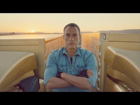 Jean-Claude Van Damme fait le grand écart .......