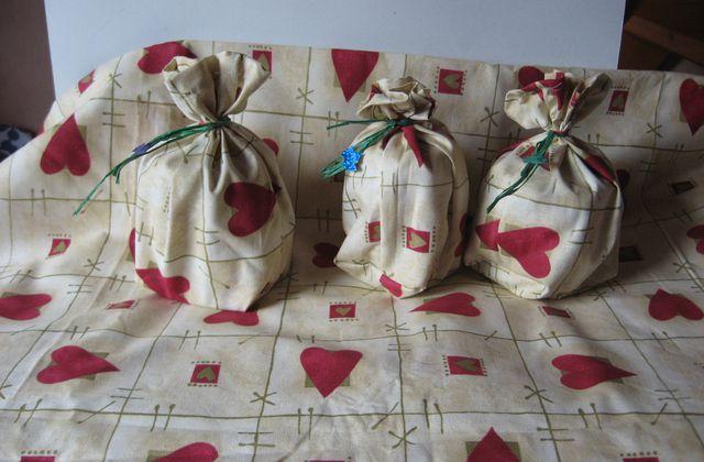 Noël : pochettes surprises en tissu