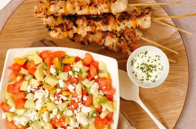 Brochettes de poulet au tahini & salade sucrée/salée à la feta