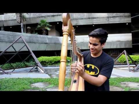 Johnny Jimenez jouant Despacito avec sa harpe