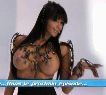 """Nabilla topless dans """"Les anges de la télé-réalité 4"""" - photos"""