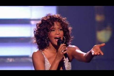 Whitney Houston perd sa robe en direct ! - vidéo buzz
